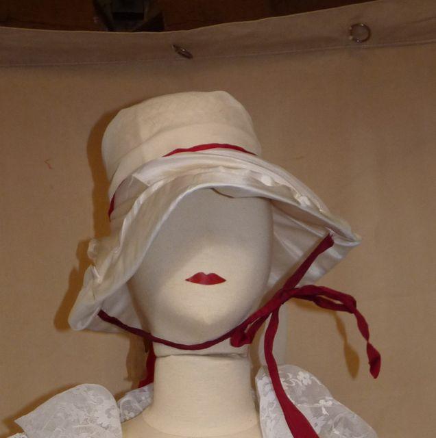 chapeau blanc ruban rouge